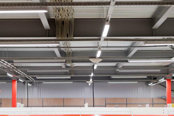 installation von leuchten aufgehängt decke - einbauspots stock-fotos und bilder