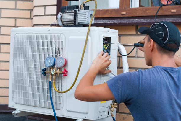 installatie van de buitenunit airconditioner - airconditioning stockfoto's en -beelden