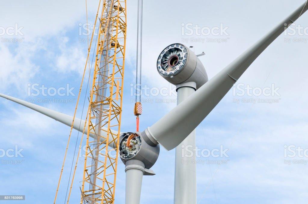 Montage der Rotorblätter an einer Windkraftanlage – Foto
