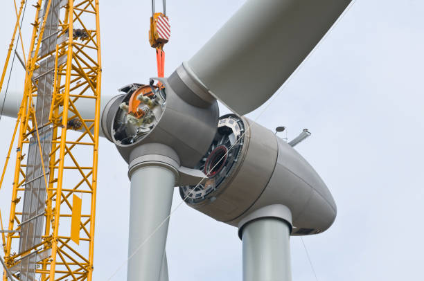 installation the rotor blades on a wind turbine - turbina a vento foto e immagini stock