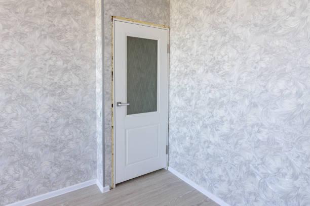 installation der innentür nach der reparatur - laminat günstig stock-fotos und bilder