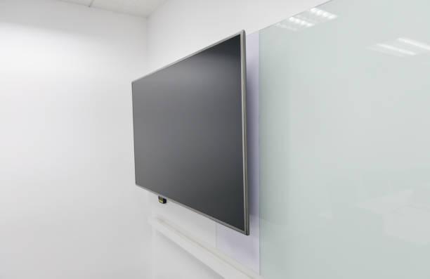 led-tv installiert, um die weiße wand des tagungsraumes mit tafel - desktop hintergrund hd stock-fotos und bilder