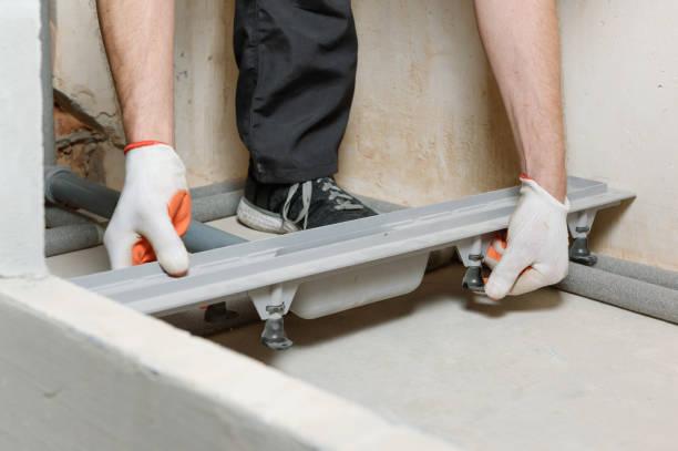 Installieren eines Abflusses in der Duschbox. – Foto