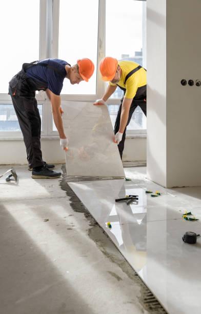 Installation einer großen Keramikfliese. – Foto