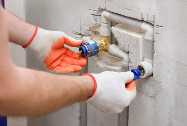 Installieren eines Steckers am eingebauten Wasserhahn. – Foto