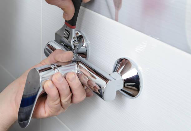 como instalar uma torneira de chuveiro. - banheiro instalação doméstica - fotografias e filmes do acervo