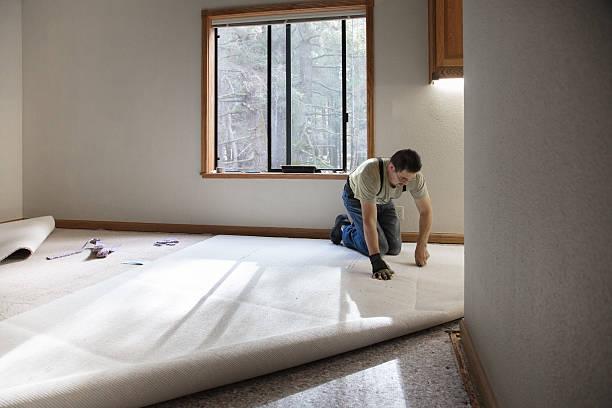 installing carpeting - indumento sportivo protettivo foto e immagini stock