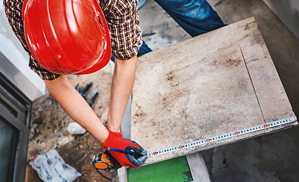 installing ceramic tiles. - keramik fliesen handwerk stock-fotos und bilder