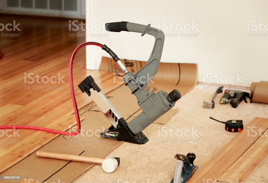 Instalación de piso de madera dura - foto de stock