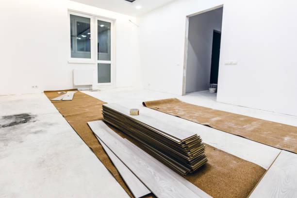 installation von hellen laminatfußboden mit substrat unter einem laminat auf weißem hintergrund - stockwerke des waldes stock-fotos und bilder
