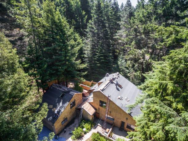 neues dach installieren. luftaufnahme. - waldhandwerk stock-fotos und bilder
