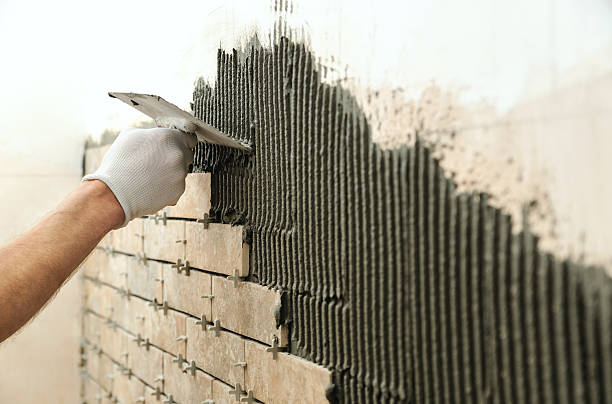 installing the tiles on the wall. - betonkleber stock-fotos und bilder