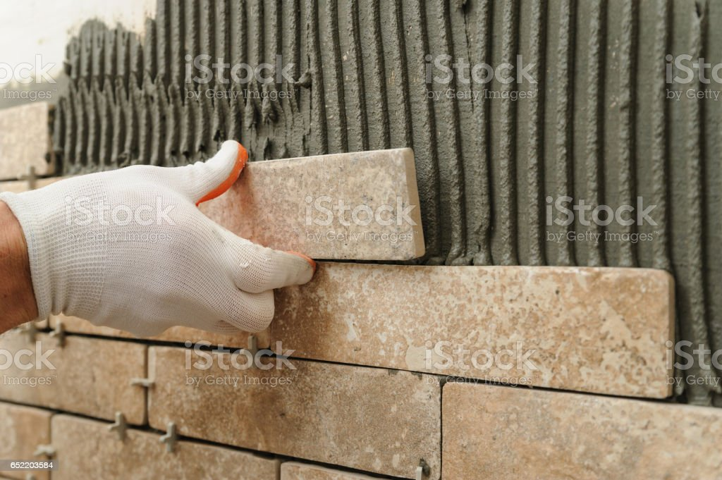 Installing the tiles on the wall. - foto stock