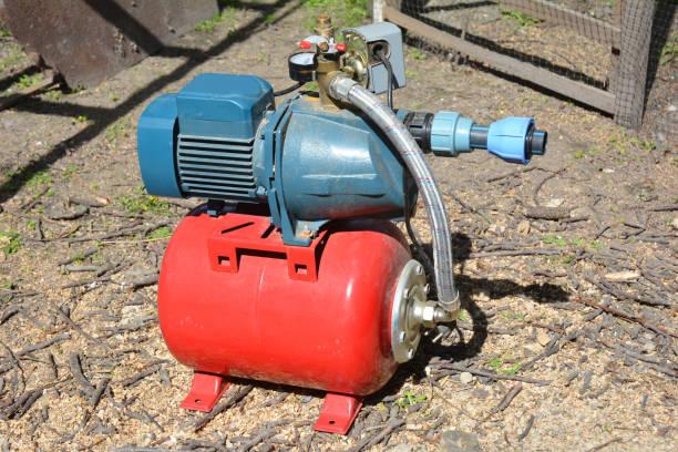 Installatie van waterpomp station. Boorput waterpomp. foto