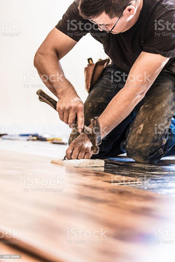 Installing Wood Flooring - Hammering – Foto