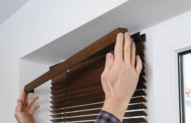 Installing wooden blinds. – Foto