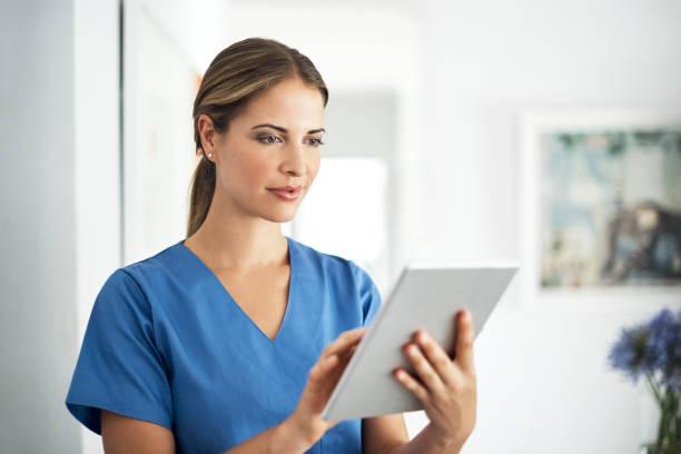 accès instantané aux dernières percées médicales - vêtements professionnels hospitaliers photos et images de collection