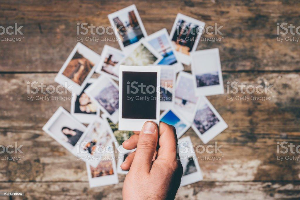 Sofortbild-Kamera druckt auf einem Tisch – Foto