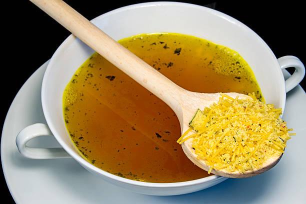 instant hühnernudelsuppe - schnelle suppen stock-fotos und bilder