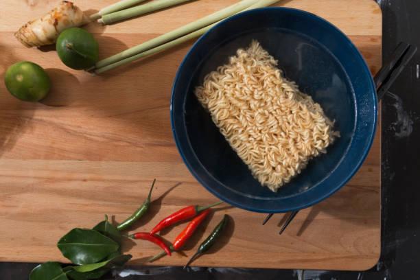 instant noodle - schnelle suppen stock-fotos und bilder