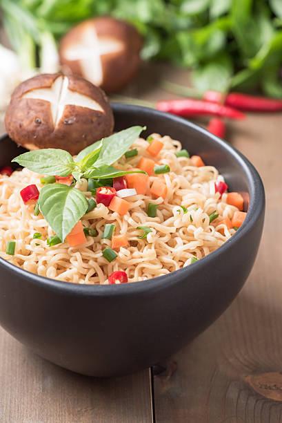instant noodle with fresh vegetables. - porzellan druck stock-fotos und bilder