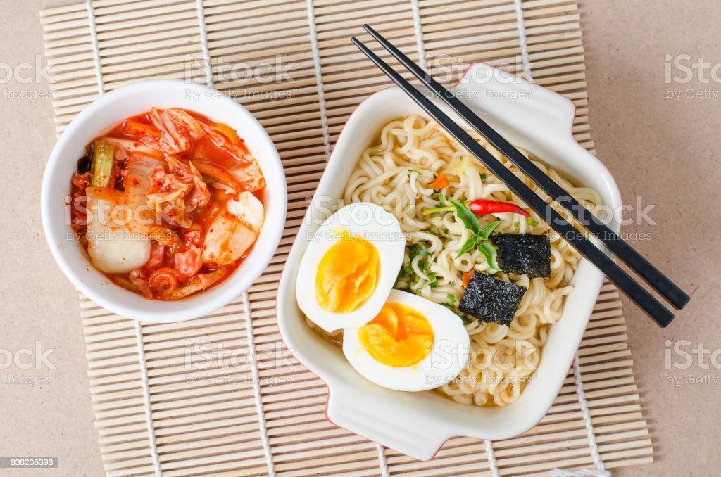 Instant-Nudeln und Kimchi Kohl – Foto