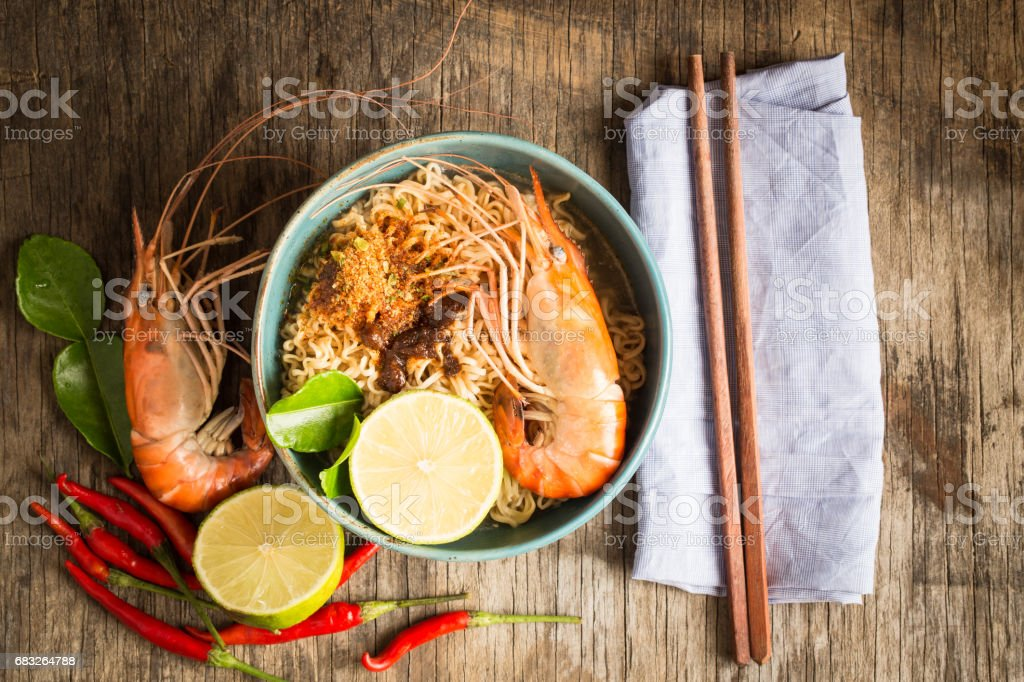 Instant Noodles with Shrimp on Old Wooden Table Top View,Thai food tom yam kung Lizenzfreies stock-foto