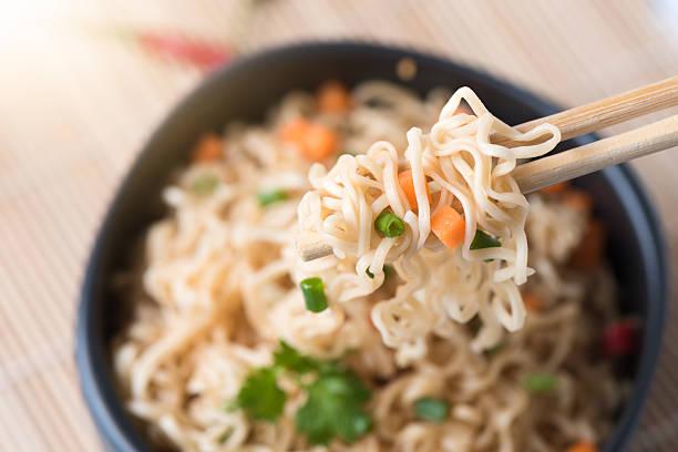 instant noodles with vegetables on chopstick - schnelle suppen stock-fotos und bilder