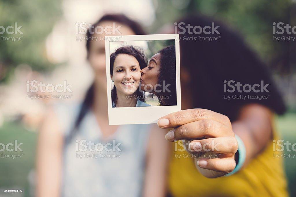 Foto Polaroid foto de garota beijando amigo na bochecha - foto de acervo