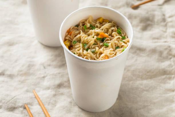 instant-ramen-nudeln in einer tasse - schnelle suppen stock-fotos und bilder