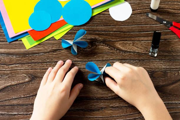 지침, 단계 5. 종이 장식 나비 또는 여름 화환. 핸드메이드 종이 아이디어. 어린이의 창의력, 공예, 어린이를위한 공예의 프로젝트. 스톡 사진