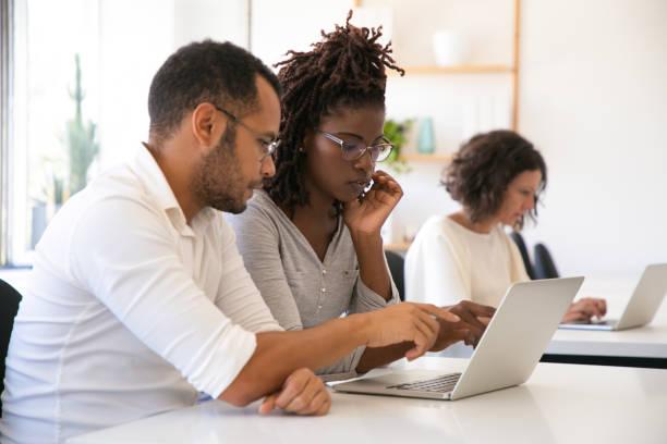 Instruktor erklärt Unternehmenssoftware speziell für Praktikanten – Foto
