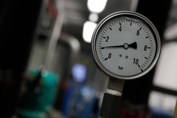 instrument för mätning för tryck av industriella enheten av värmesystem - barometer bildbanksfoton och bilder