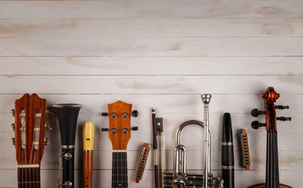 instrumenty w białym drewnianym tle - instrument muzyczny zdjęcia i obrazy z banku zdjęć