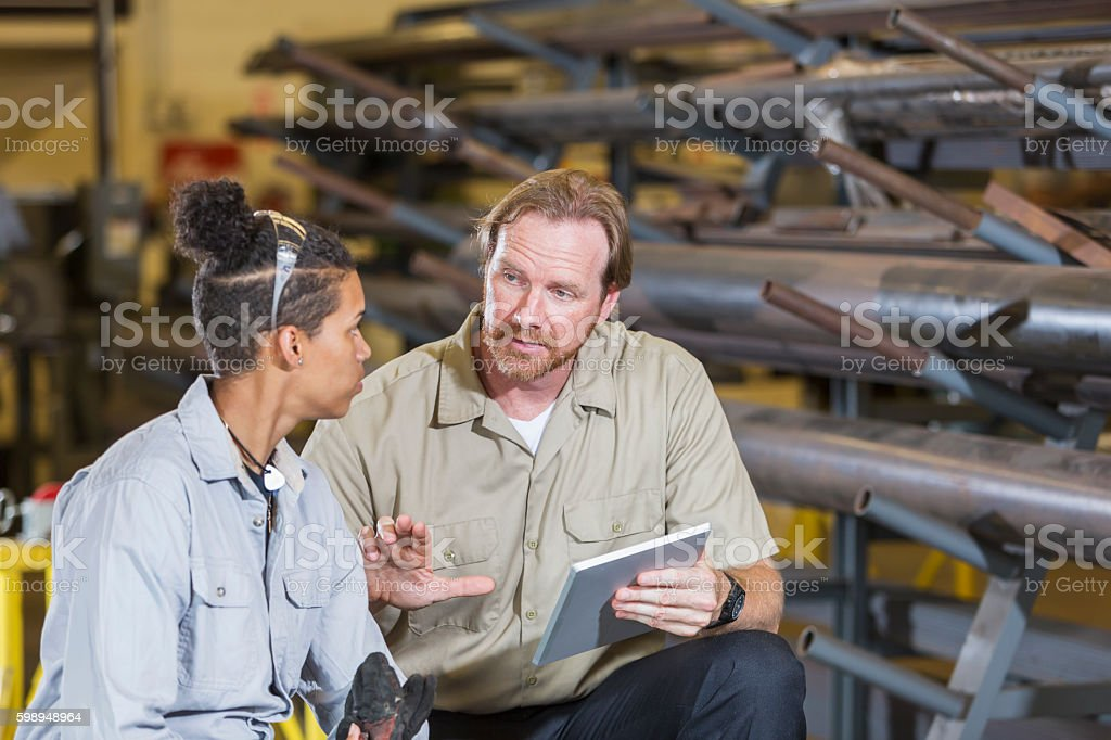 Instuctor and student in technical training school – Foto