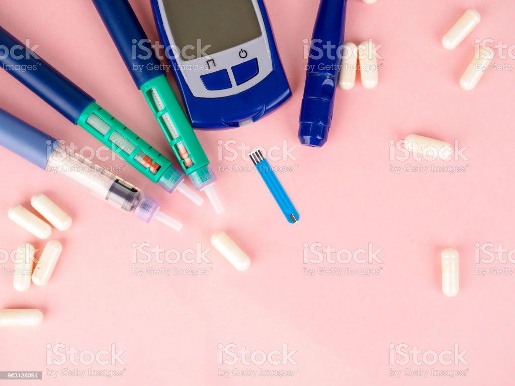 Insulin injektionsnål eller pennan för att användas av diabetiker, insulin och Glukometer - Royaltyfri Apotek Bildbanksbilder