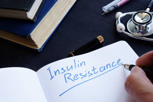 insulin-resistenz handschriftlich in ein notizbuch. - insulin stock-fotos und bilder