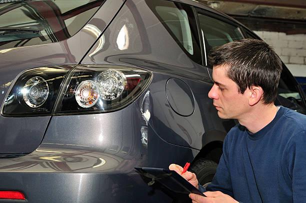 insurance agent. - krockad bil bildbanksfoton och bilder