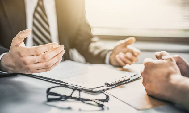 presentación del agente de seguros y consultas con un abogado o agente de seguros. - business not handshakes fotografías e imágenes de stock