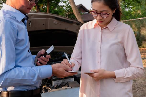 Versicherungsagent schreibt Dokument auf Zwischenablage Untersuchung Auto nach Unfall, Versicherungskonzept – Foto