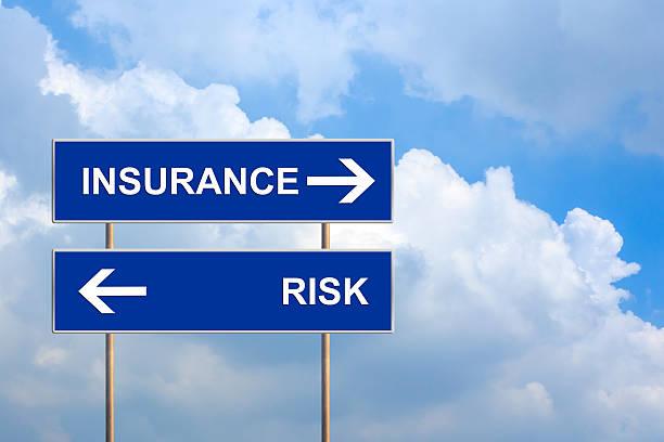 Versicherung und Risikomanagement auf blaue Straßenschild – Foto