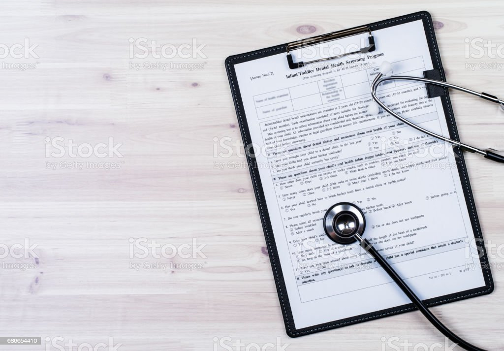 Insurance contract and stethoscope Lizenzfreies stock-foto