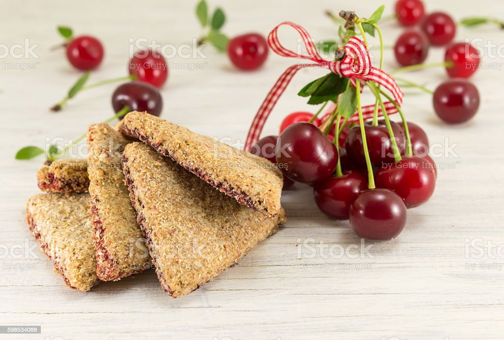 Integral cookies with cherries photo libre de droits