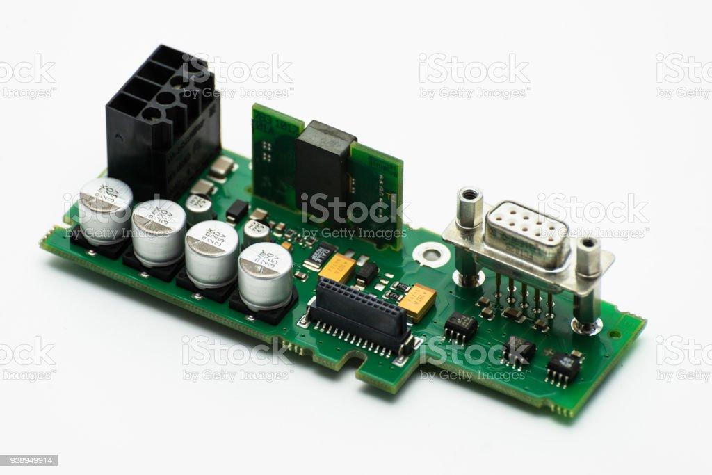 Integrierter Schaltkreis mit sichtbaren Kondensatoren und VGA-Anschluss. – Foto