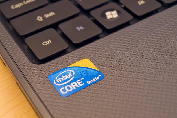 intel werbung aufkleber auf neue laptop - microsoft windows stock-fotos und bilder