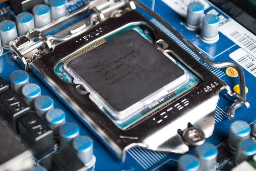 Cpu Intel I5 En La Placa Base Del Ordenador En La Toma De Foto de stock y más banco de imágenes de Chip