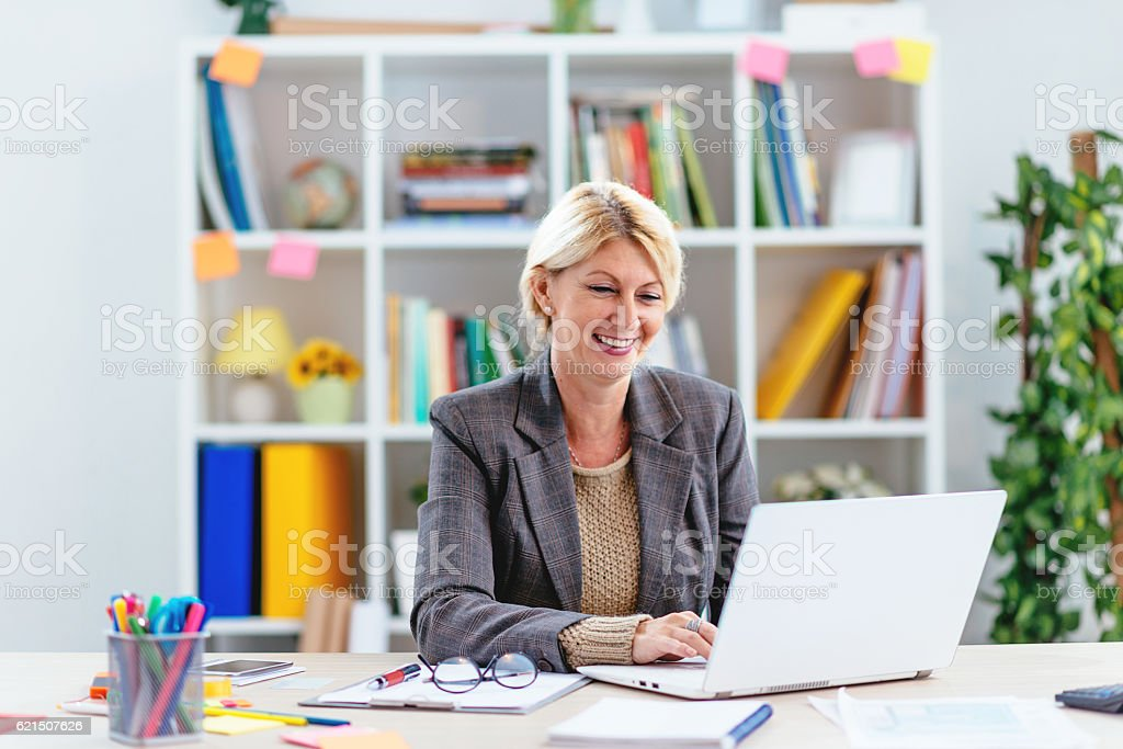 Intelligent businesswoman sending emails on laptop in office foto stock royalty-free