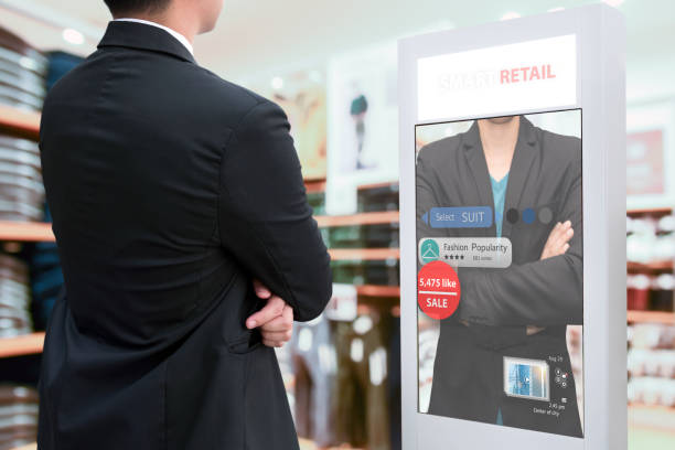 Intelligente Digital Signage, Augmented Reality Marketing und Gesichtserkennungskonzept. Intelligente Glas-interaktive künstliche Intelligenz digitale Werbung im Modehandel Mall. – Foto