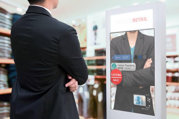 Señalización digital inteligente, marketing de realidad aumentada y concepto de reconocimiento facial. Smart Glass interactivo de inteligencia artificial digital de publicidad en la moda Retail Shopping Mall. - foto de stock