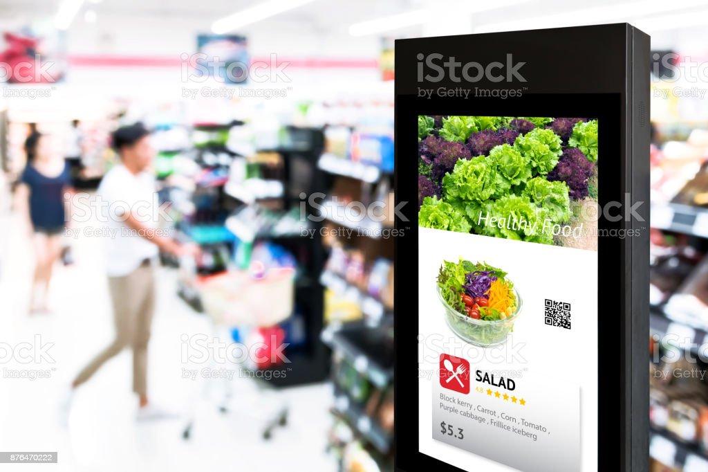 Intelligente Digital Signage, Augmented Reality Marketing und Gesicht Anerkennung Konzept. Interaktive künstliche Intelligenz digitale Werbung im Einzelhandel Hypermarkt Mall. – Foto
